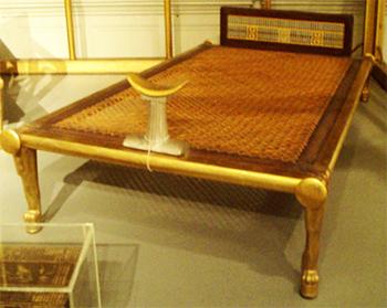 Кровать царицы Египта Нефертити с подголовником